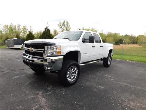 Loaded beauty 2007 Chevrolet Silverado 2500 LT lifted truck for sale