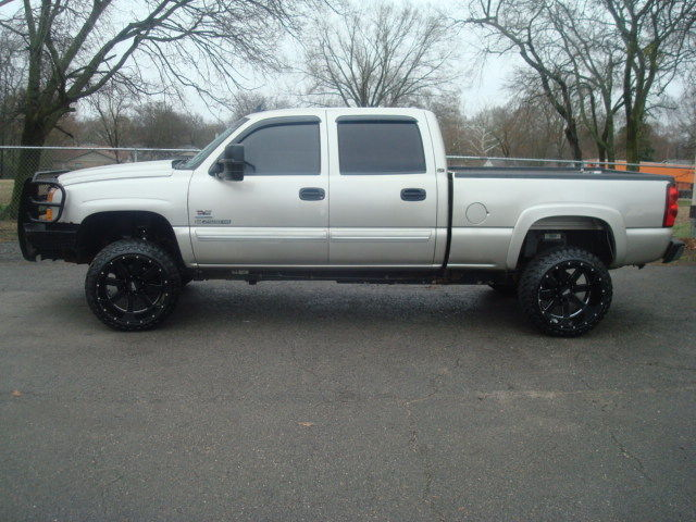 well optioned 2007 Chevrolet Silverado 2500 LT lifted