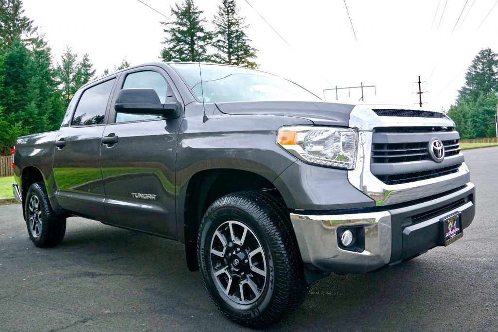 loaded with options 2014 Toyota Tundra SR5 lifted