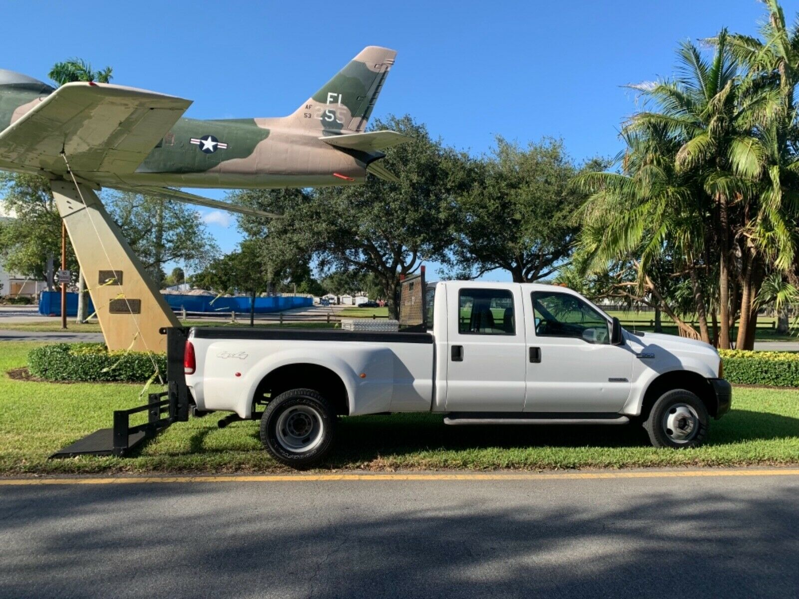 lift gate 2005 Ford F 350 LARIAT lifted